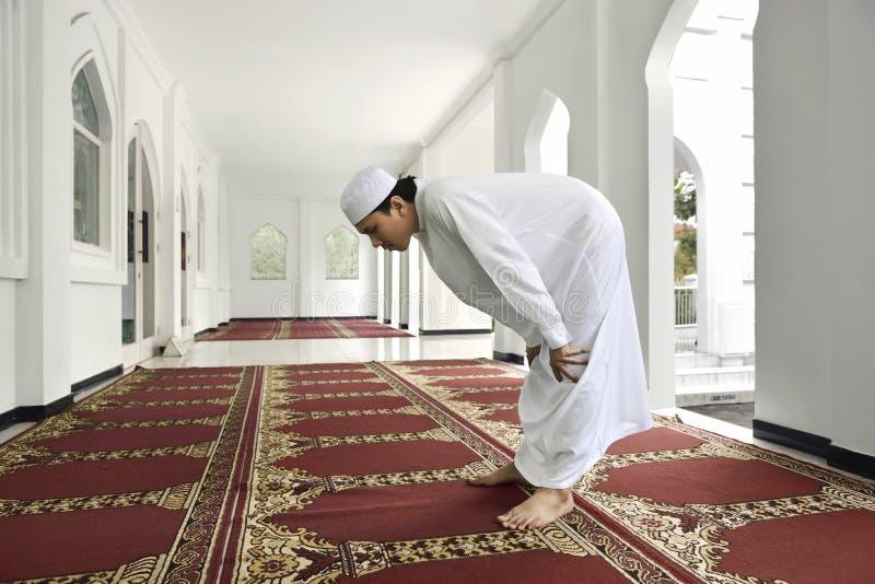 Młody azjatykci muzułmański mężczyzna ono modli się bóg zdjęcia royalty free