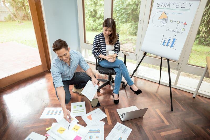 Młody azjatykci przedsiębiorca spotyka brainstorm i dyskusja dla strategii biznesowej pojęcia obrazy stock