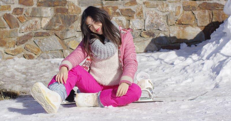 Młody azjatykci snowboarder dziewczyny relaksować obraz stock