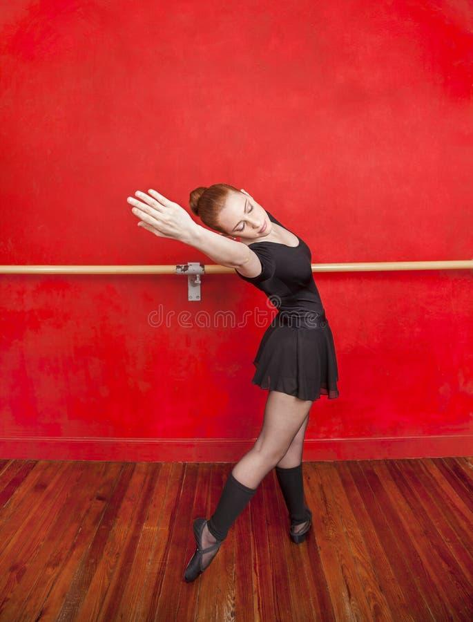 Młody balerina taniec W Baletniczym studiu zdjęcia royalty free