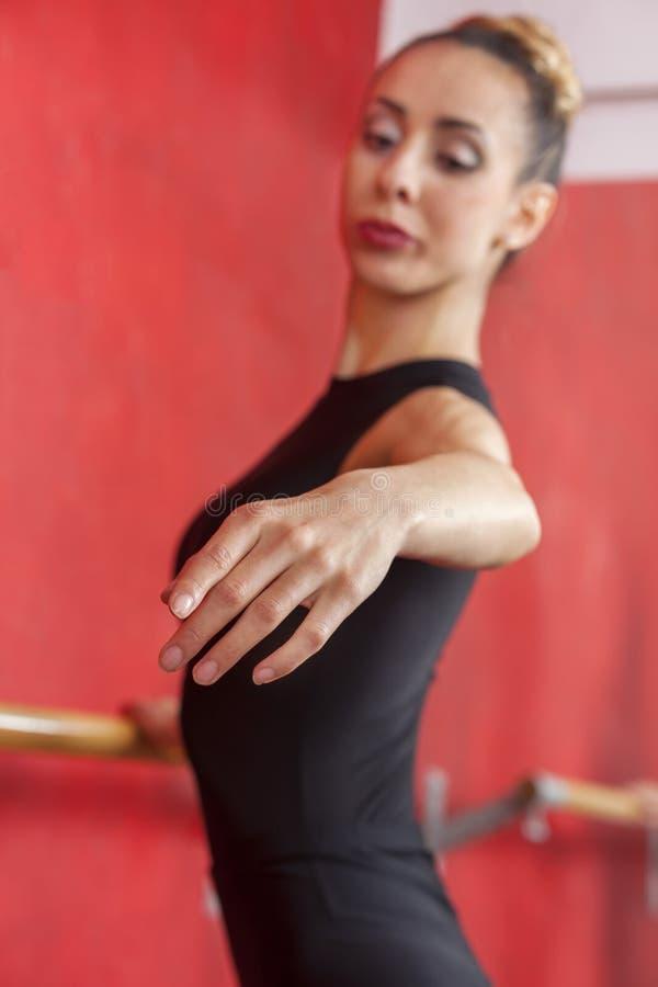 Młody balerina taniec W próba pokoju obraz royalty free
