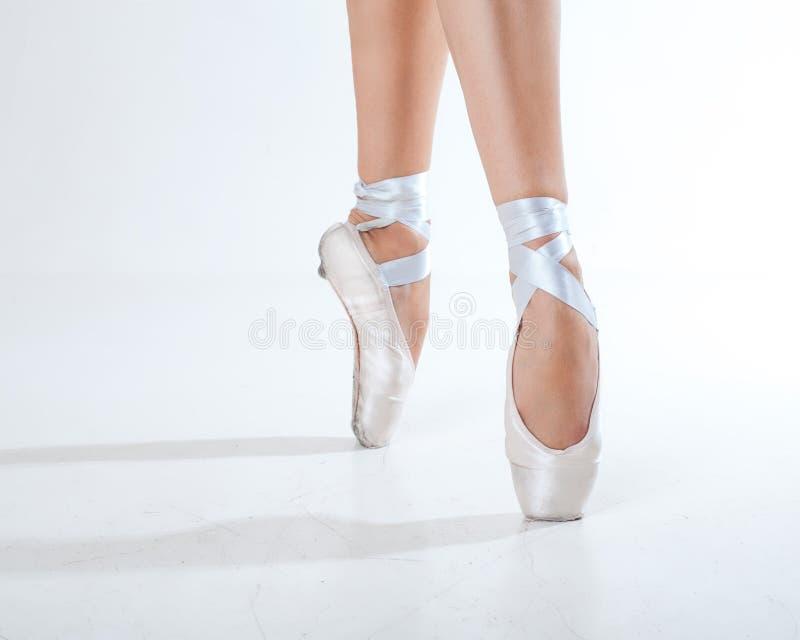 Młody balerina taniec, zbliżenie na nogach i buty, obrazy royalty free