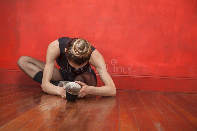 Młody baleriny rozciąganie W studiu fotografia stock