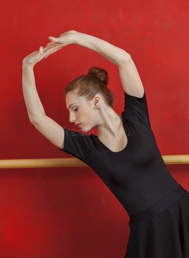 Młody baleriny spełnianie Przeciw rewolucjonistki ścianie obraz stock