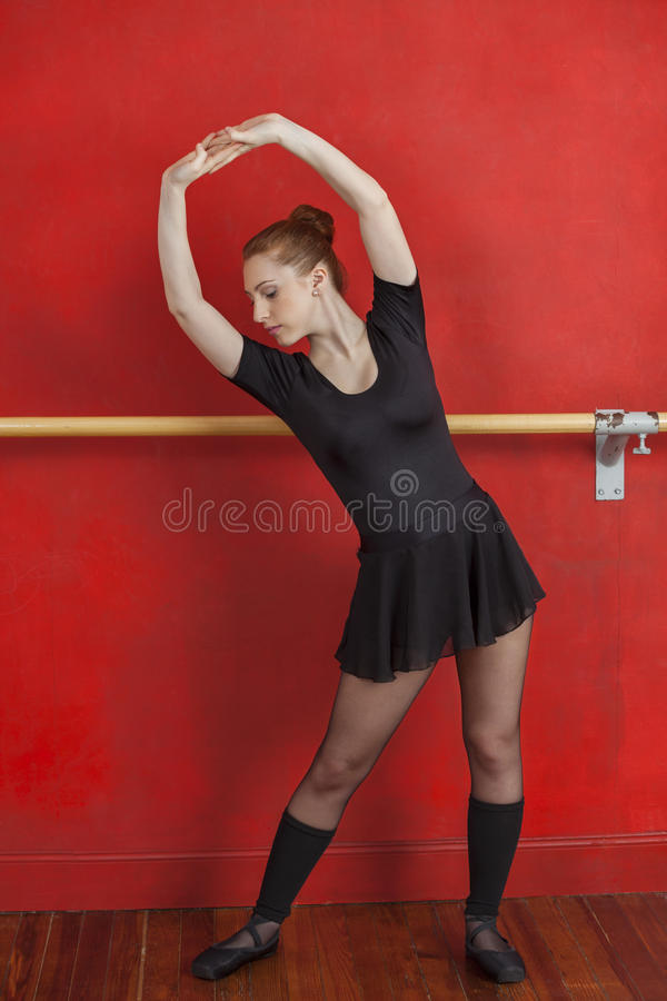 Młody baleriny spełnianie W tana studiu fotografia royalty free