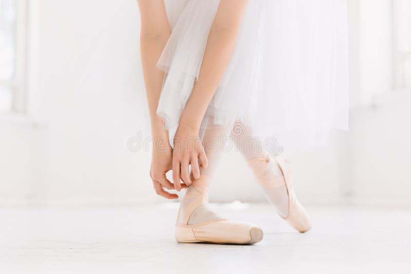 Młody baleriny taniec, zbliżenie na nogach i buty, target804_1_ w pointe pozyci obraz stock