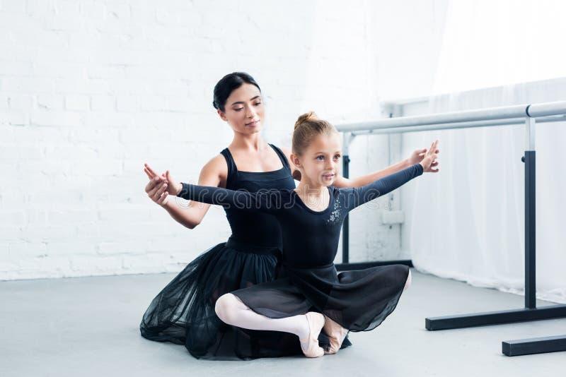 młody baletniczy nauczyciela szkolenia śliczny elastyczny dziecko fotografia royalty free