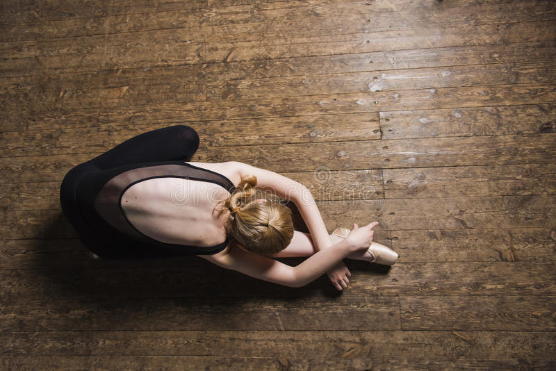 Młody baletniczy tancerz ćwiczy w klasie obrazy stock
