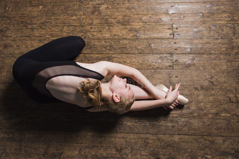 Młody baletniczy tancerz ćwiczy w klasie fotografia royalty free