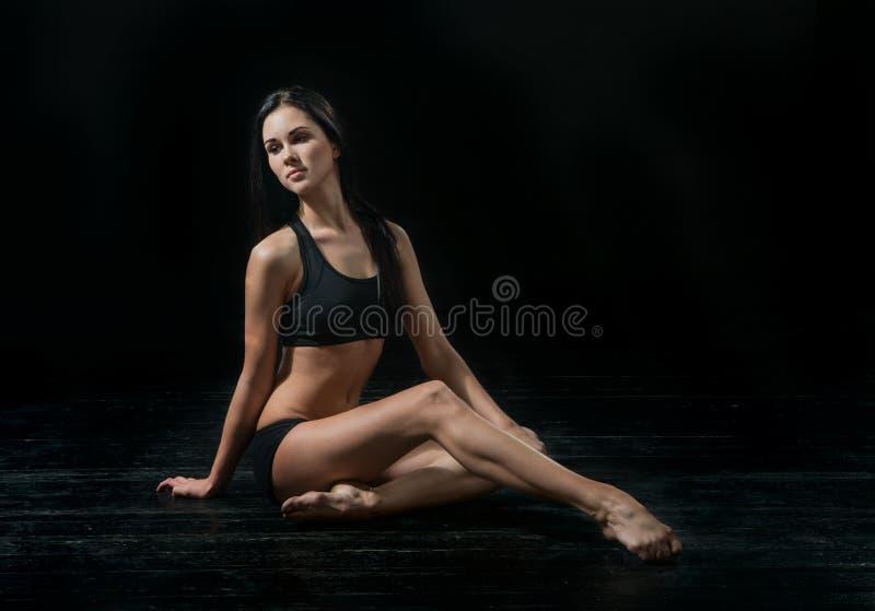Młody baletniczy tancerz dansing na czarnym tle obrazy stock
