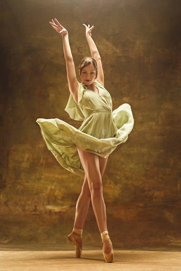 Młody baletniczy tancerz - Harmonijna ładna kobieta z spódniczką baletnicy pozuje w studiu - zdjęcia stock