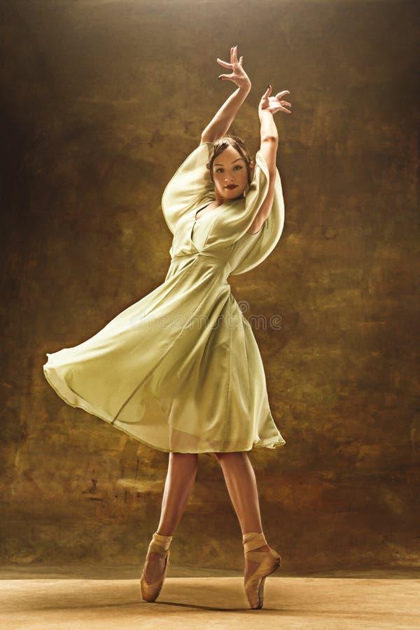 Młody baletniczy tancerz - Harmonijna ładna kobieta z spódniczką baletnicy pozuje w studiu - obraz stock