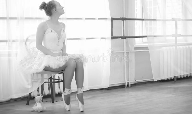 Młody baletniczy tancerz na rozgrzewce Balerina przygotowywa obraz stock