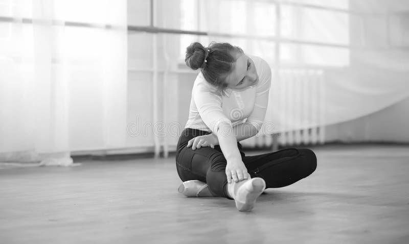 Młody baletniczy tancerz na rozgrzewce Balerina przygotowywa zdjęcie stock