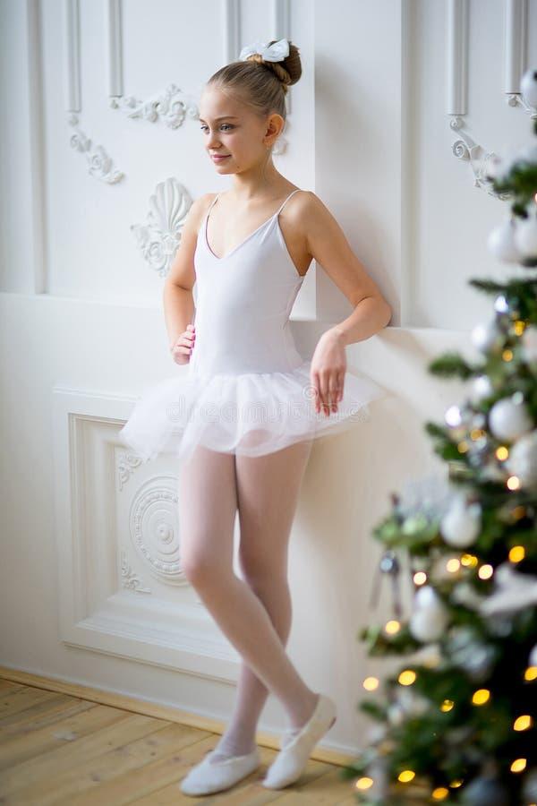 Młody baletniczy tancerz stoi blisko choinki obraz stock