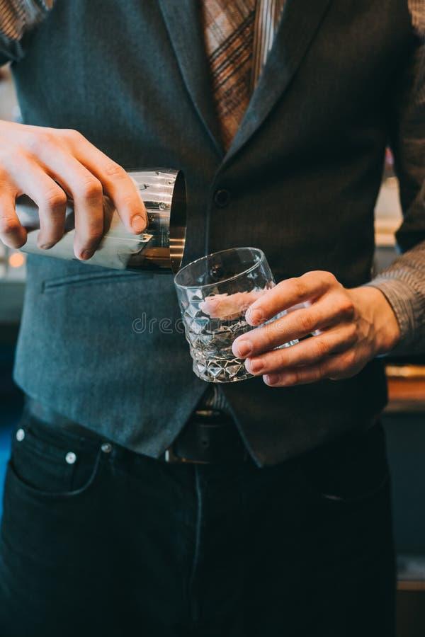Młody barman robi koktajlowi obrazy stock
