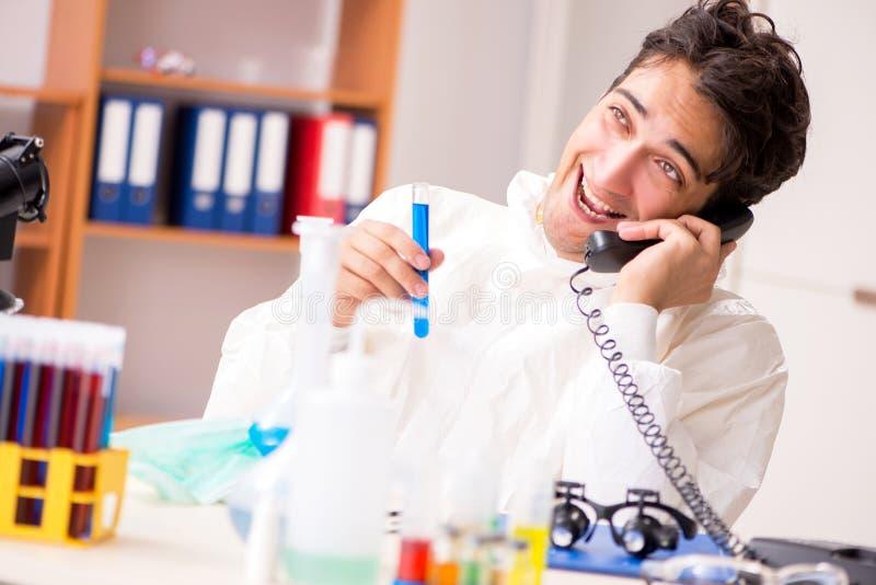 Młody biochemik pracuje w lab obraz stock