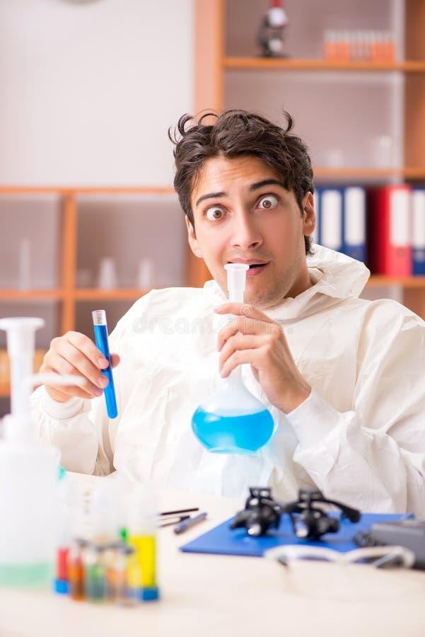 Młody biochemik pracuje w lab fotografia royalty free