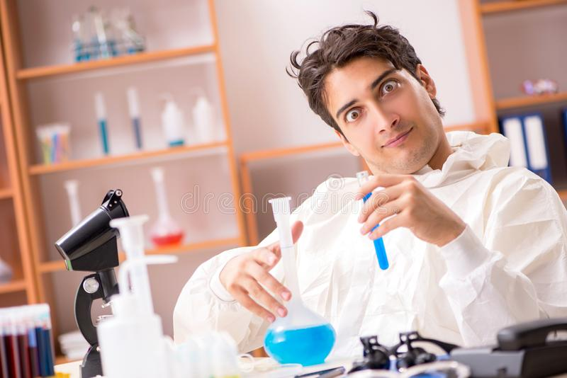 Młody biochemik pracuje w lab zdjęcia royalty free
