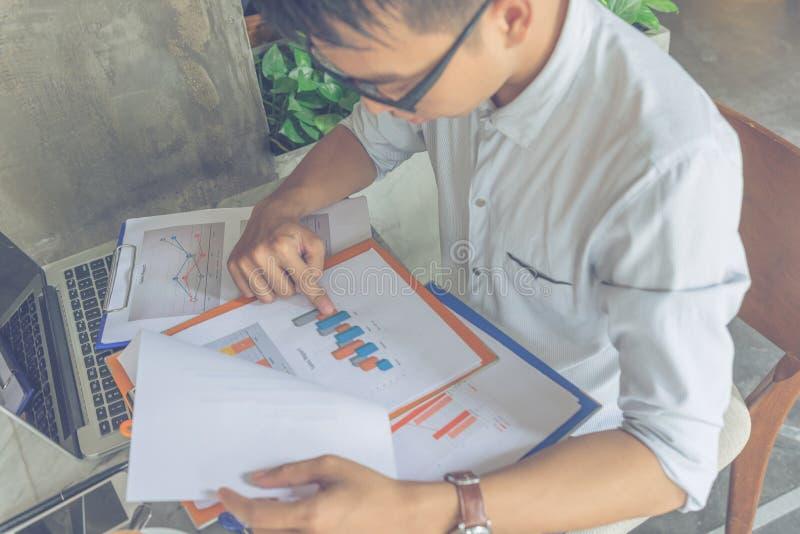 Młody biurowy pracownik czyta pieniężnego raportowego dokument obraz stock