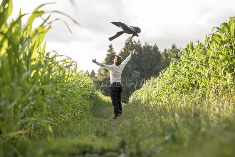 Młody biznesmen świętuje jego biznesową wolność i sukcesu b fotografia stock