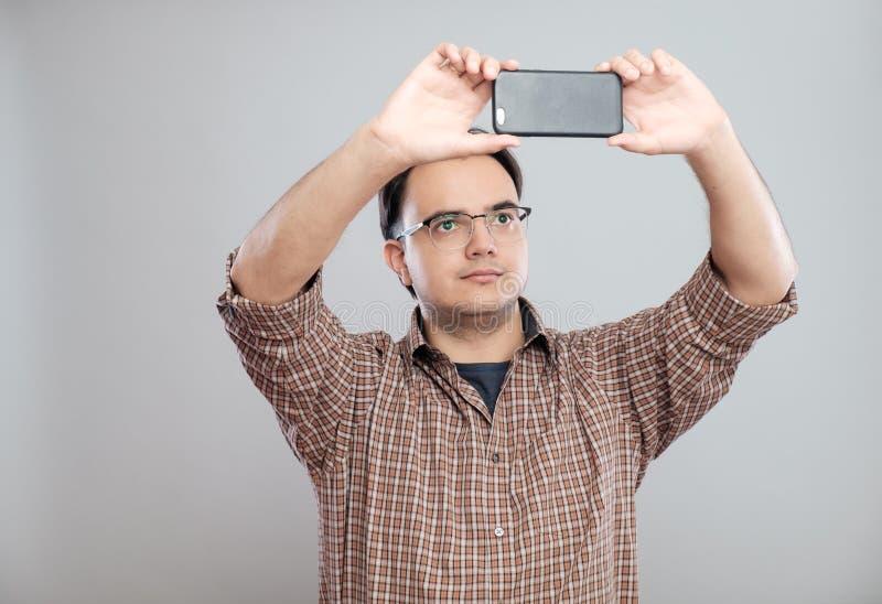 Młody biznesmen bierze fotografie z telefonem komórkowym zdjęcie stock