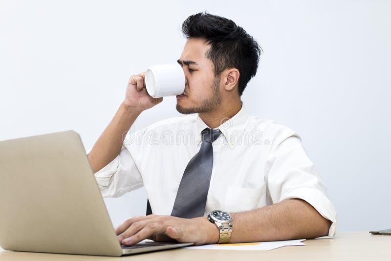 Młody biznesmen jest 20-30 lat zmartwieniem i napięciem przy biurem zdjęcia royalty free