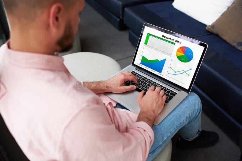 Młody biznesmen koryguje plan biznesowego dla rozwoju ich firma obraz stock
