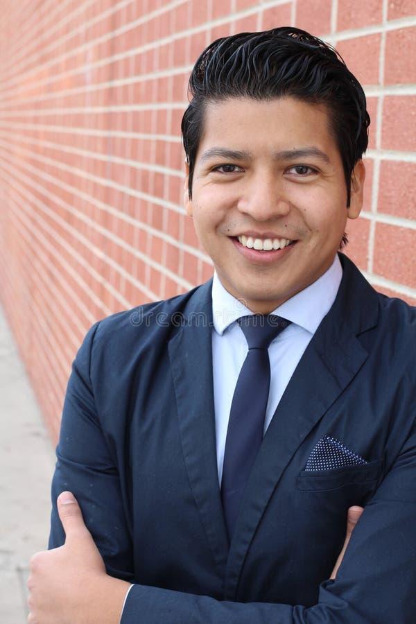 Młody biznesmen ono uśmiecha się przy kamerą z zębami - Akcyjny wizerunek zdjęcie royalty free