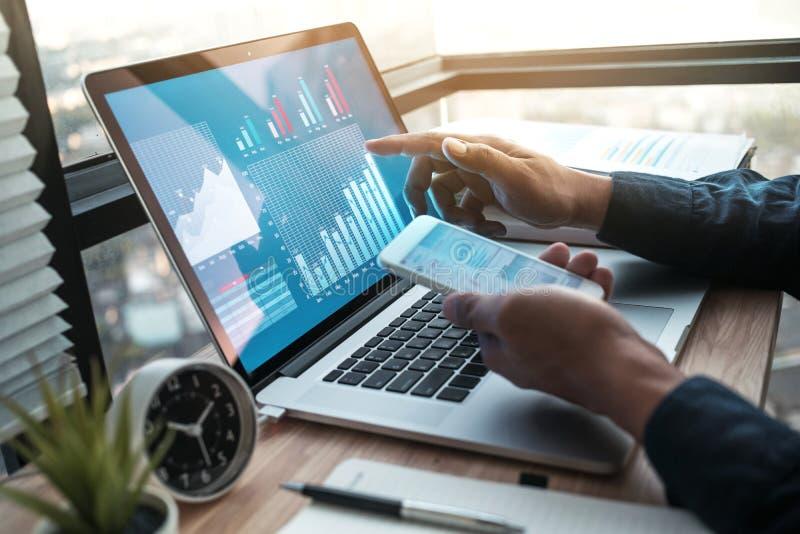 Młody biznesmen pracuje na laptopie z diagrama wykresem na komputerze obrazy stock