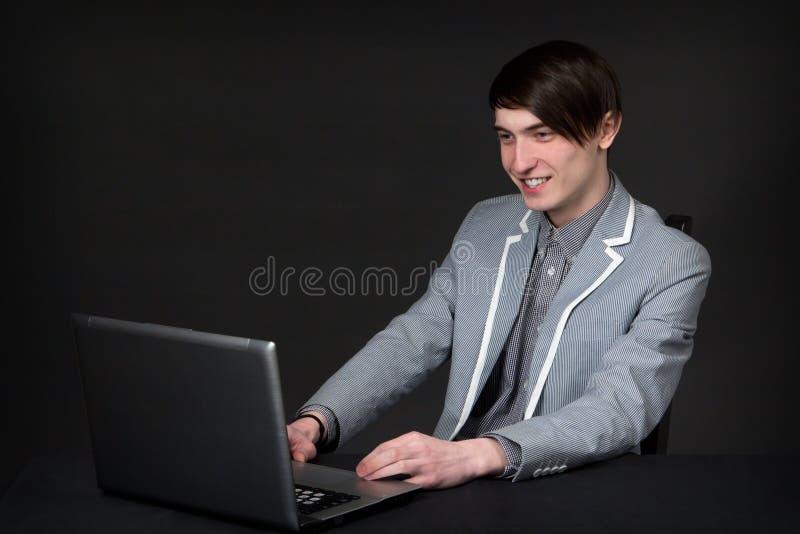 Młody biznesmen pracuje przy komputerem fotografia royalty free