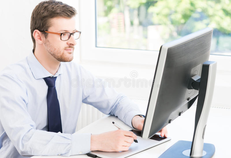 Młody biznesmen pracuje w nowożytnym biurze obraz royalty free