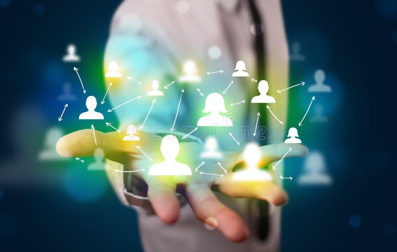Młody biznesmen przedstawia nowożytną technologia socjalny sieć obraz stock