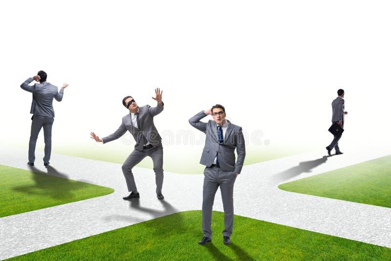 Młody biznesmen przy rozdrożami w niepewności pojęciu obraz stock