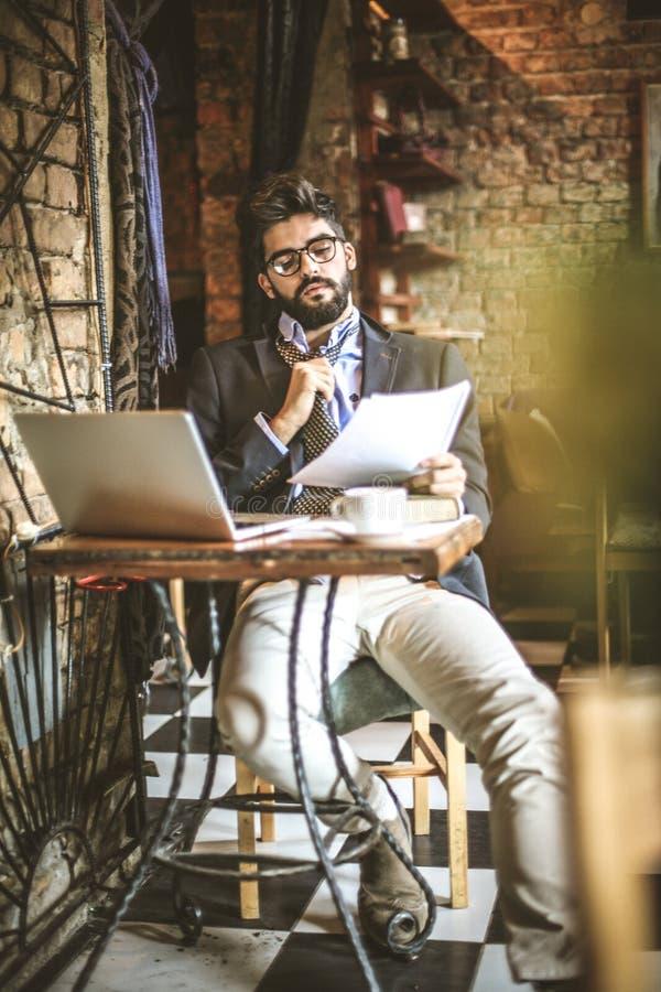 Młody biznesmen relaksuje przy kawiarnią obraz royalty free