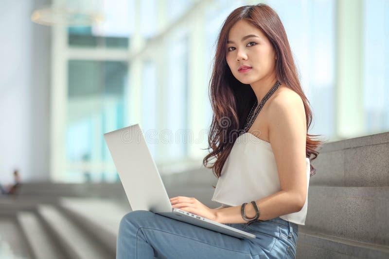 Młody biznesmen siedzi swobodnie zdjęcie stock