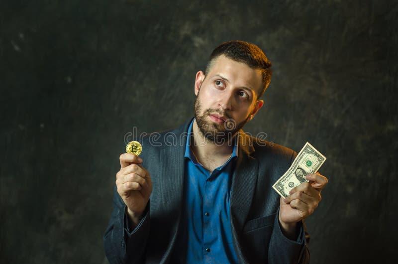 Młody biznesmen trzyma monetę bitcoite w jego ręce obrazy royalty free