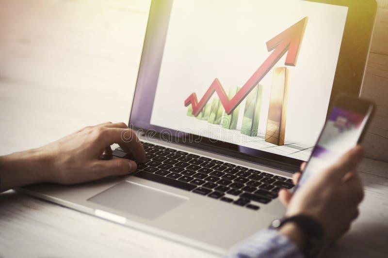 Młody biznesmen używa jego laptop, zamyka up Biznesowi miejsca pracy i biznesu przedmioty Freelancer pracuje w domu obraz royalty free