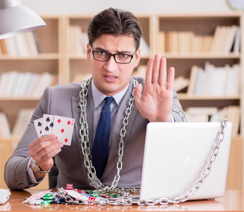 Młody biznesmen uzależniony od gier hazardowych online grających w t zdjęcia royalty free