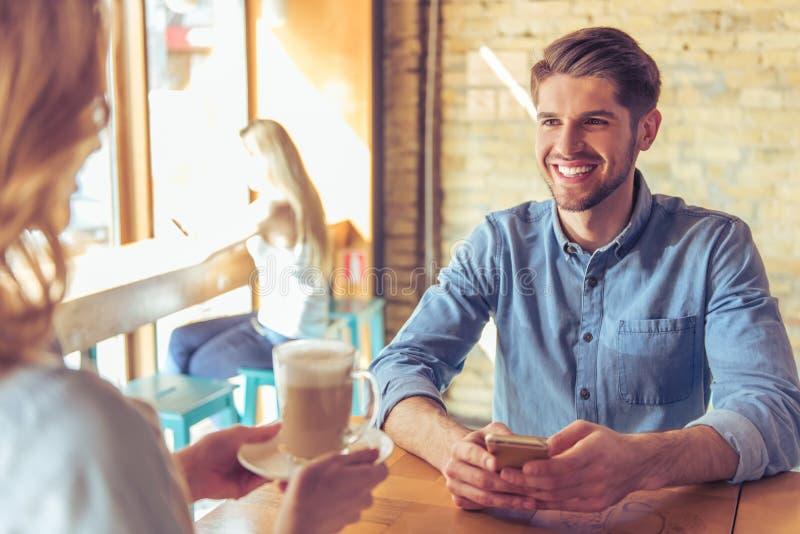 Młody biznesmen w kawiarni zdjęcia stock
