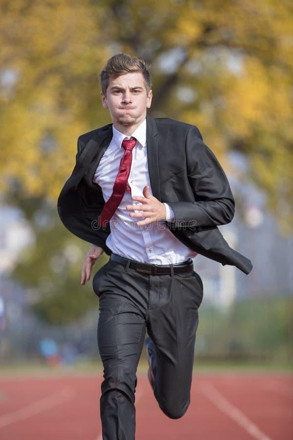 Młody biznesmen w kostiumu bieg na śladzie zdjęcie royalty free