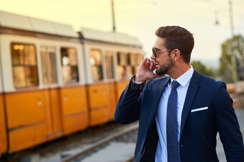 Młody biznesmen w tramwajowej przerwie obraz royalty free