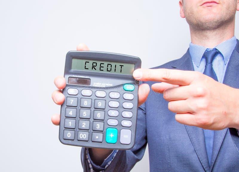 Młody biznesmen wskazuje na kalkulatorze Opodatkowywa biznesowego pojęcie fotografia royalty free
