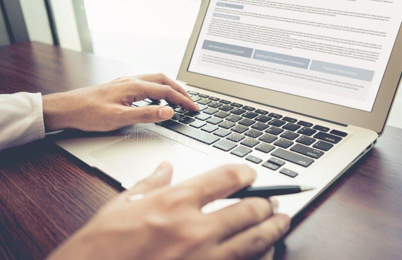 Młody biznesmena multitasking używać laptop Biznesowa technologia fotografia stock