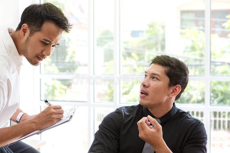 Młody biznesmena obsiadanie w biurowym biznesmenie pracuje w biurze, ostrość wyboru Biznesowa rozmowa obrazy royalty free