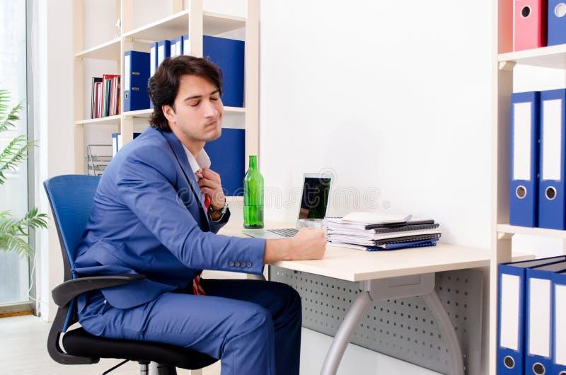 Młody biznesmena pracownik pije w biurze zdjęcia royalty free