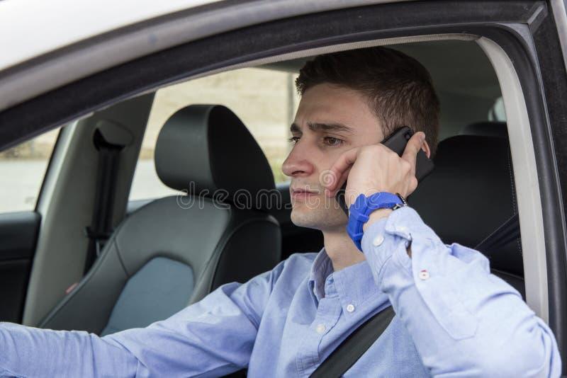 Młody biznesowego mężczyzna mówienie na jego telefonu inside samochodzie obrazy royalty free