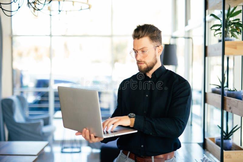 Młody biznesowego mężczyzna wykonawczy używa laptop w biurze zdjęcia stock