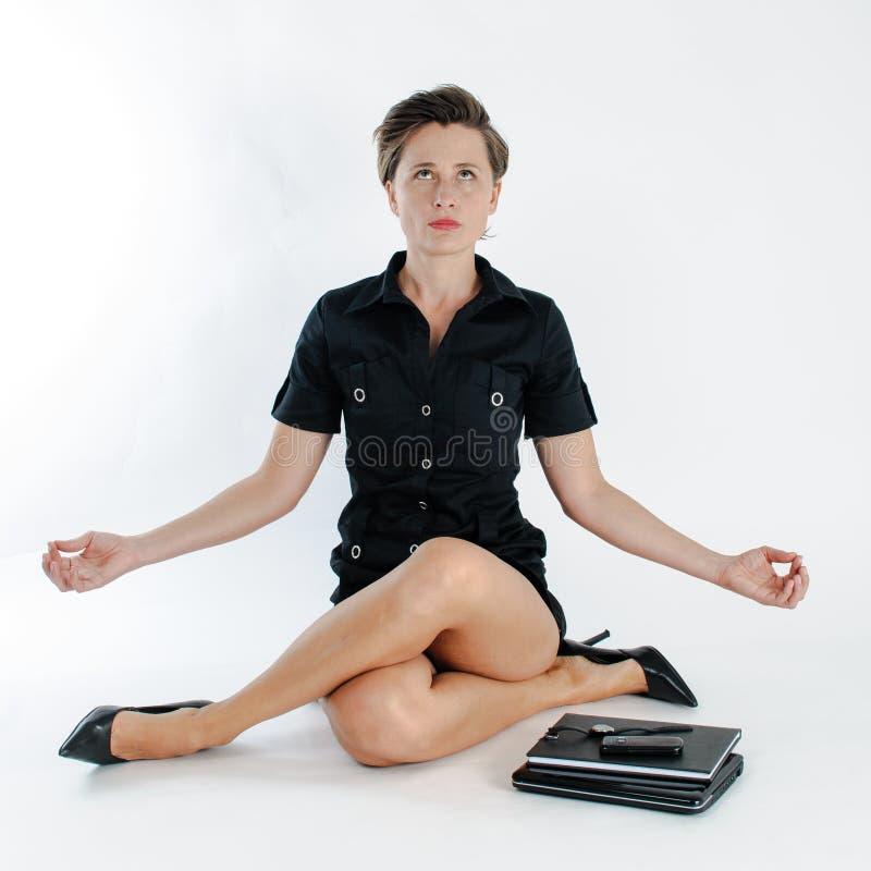 Młody biznesowej kobiety multitasking fotografia stock
