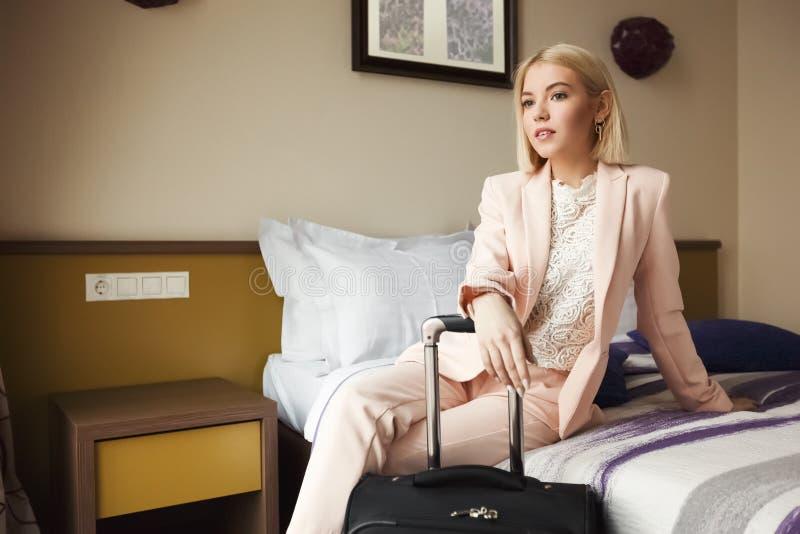 Młody biznesowej kobiety obsiadanie w pokoju hotelowym zdjęcie royalty free